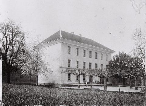 Das 1849 erbaute Schulhaus (Foto von ca. 1895).