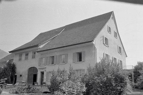 In diesem stattlichen Haus an der Kirchbachstrasse befand sich vor  1900 das Gasthaus «Krone». Zeugnis davon geben die Fenster über Scheune und Stall: Hier befand sich der Saal des Gasthauses.