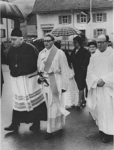 Primiz von Pater Josef Brogle (1967); links des Jungpriesters: Domherr Felix Schmid (auch ein Wittnauer), rechts Pfarrer F.X. Thali; im Hintergrund Rosa Brogle, die Mutter des Primizianten.