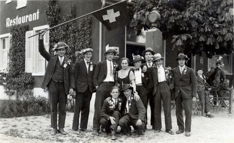 """Wittnauer """"Stäcklibuebe"""" des Jahrgangs 1915 in Frick: Gruppenbild mit Serviertochter (1934)"""