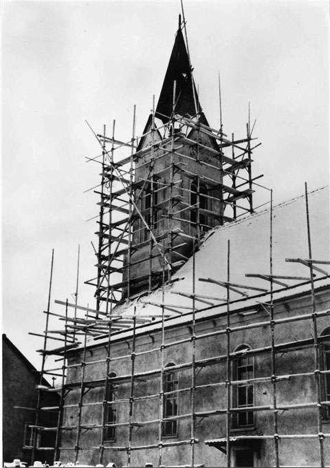 "Aussenrenovation der Kirche 1963, links das Haus der Familie Schmid, ""Michelis"""