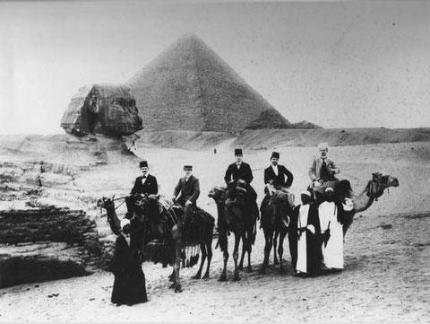 Theophil Walde ist der Reiter auf dem Kamel ganz rechts. (Foto: J. Dozsay, le Khedive, Pyramides; um 1904)