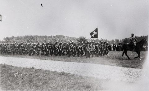 Vorbeimarsch in Achterkolonne vor Oberst Bircher und RR Müller