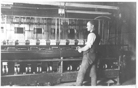 Alfred Studer an seinem Bandwebstuhl (um 1925)