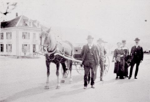 """Für Hotelgäste der """"Sonne"""" gab es einen Abholdienst ab Frick mit dem Break. (ca. 1922)"""