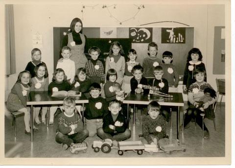 Die Jahrgänge 1964 und 1965 im Kindergarten. Kindergärtnerin war Theres (Küpfer-) Gertisen.