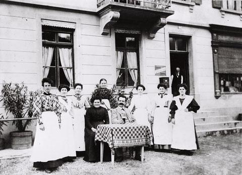 """Servicepersonal, Köchin und Wirteehepaar der """"Krone"""" (um 1905)"""