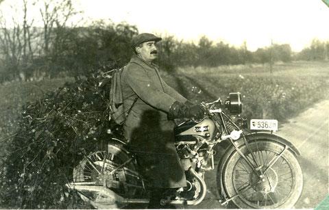 Johann Liechti führt gesammelte Efeuranken mit seinem Condor-Motorrad heim.
