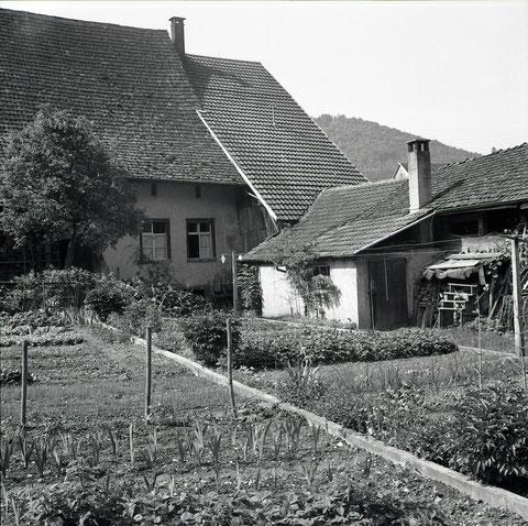 """Das Haus von Fam. Anton Walde-Bachmann, """"s Sigerschte Toni"""", von der rückwärtigen Seite her gesehen (Foto: Beat Walde, um 1965)."""