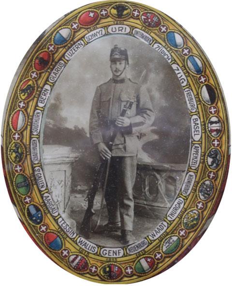 Füsilier Walter Brogli, Chüefers. Das Bild ist Teil eines militärischen Diploms zur Mobilmachung 1914, unterschrieben vom Generalstabschef Sprecher von Bernegg und General Wille.