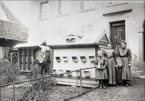 Der Fortbildungslehrer Emil Beck war ein leidenschaftlicher Imker und Bienenzüchter. Das Bild zeigt ihn und seine Familie vor seinen Bienenhäusern. Man beachte die Imkerutensilien.