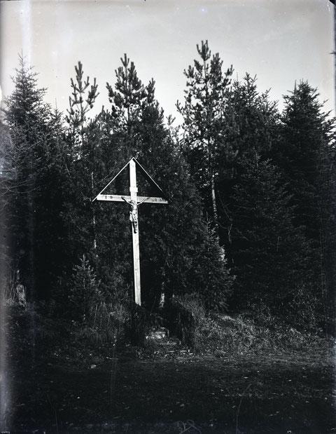 Das Fazedelle-Kreuz steht nahe am Grenzpunkt, wo die vier Gemeinden Wittnau, Gipf-Oberfrick, Schupfart und Wegenstetten aufeinander treffen. Der Grenzstein ist links im Bild zu erkennen. (Foto ca. 1930, August Studer, Schreiner)