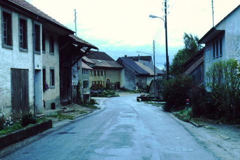 Wieder sanierungsbedürftig: Die Hauptstrasse um 1982 (Foto chb)