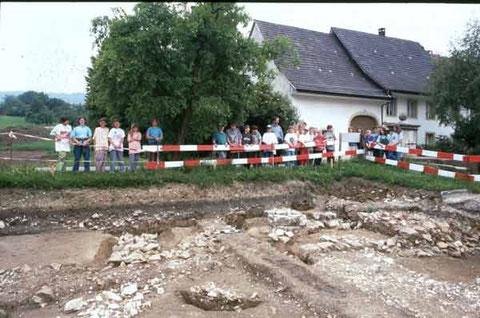 Eine Schulklasse interessiert sich für die Ausgrabung - © Kantonsarchäologie Aargau