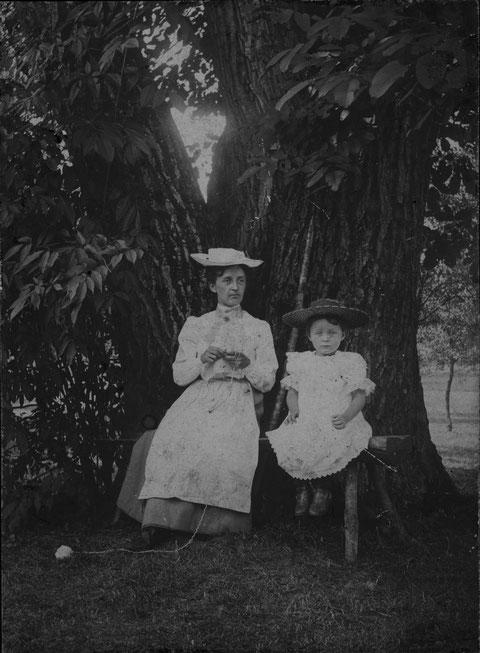 Ist Stricken Arbeit? Wie andere Hausarbeiten galt die Kunst mit Nadeln und Wolle nie als schwere Arbeit, die man sonntags zu unterlassen hätte.  (Foto von 1906)