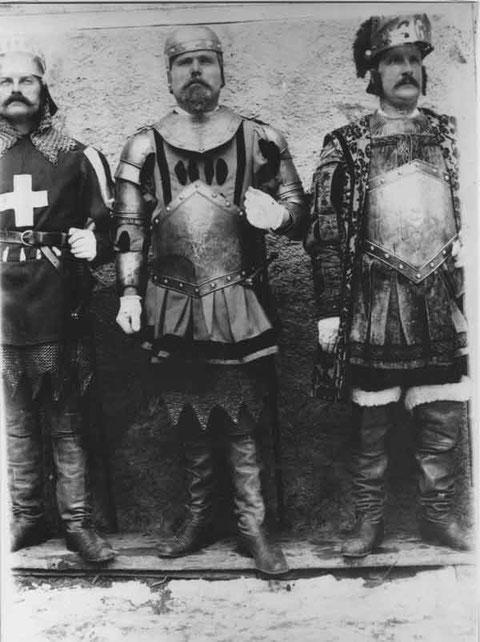 Drei Helden in einem patriotischen Theater um 1905 (Foto: Arnold Walde, Hafners)