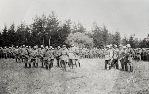 Der Regimentsstab während der Predigt.