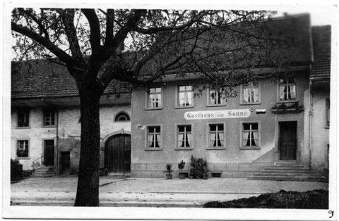 Zum Gasthaus «Sonne» gehörte auch ein Landwirtschaftsbetrieb. Scheune, Stall und auch der Miststock lagen auf der gegenüber liegenden Strassenseite.(1936)