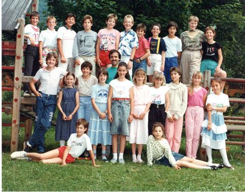 Klassenfoto der 4./5. Klasse im Jahr 1989. (Lehrer: Christoph Benz)