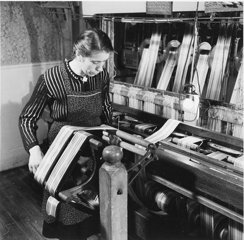 "Klara Herzog (* 1906), ""s Marize Klara"",  haspelt fertige Bändel auf.     (Foto Werner Nefflen, 1962)"