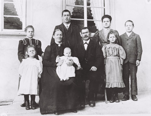 """Familie Karl Husner-Hochreuter (""""Röselis"""") vor ihrem Haus im Chilbach. (Foto  von 1910)"""