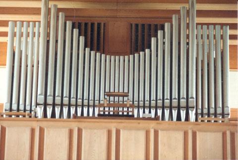 """Die mitten im 2. Weltkrieg, 1943, angeschaffte Orgel hatte eine elektromechanische Traktur. Sie wurde von der Orgelbauanstalt """"Cäcilia"""" A. Frey, Luzern, gebaut und kostete Fr. 14'680.–  . (Foto: Arthur Fricker, 1984)"""