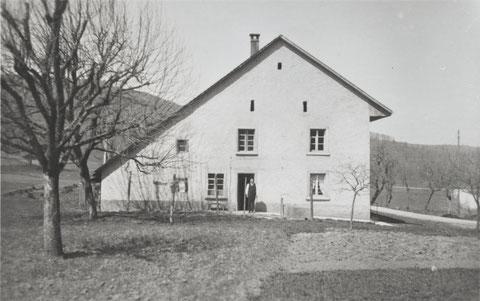 Der Eglerhof. Unter der Haustüre: Fridolin Liechti. ca. 1955 (?)