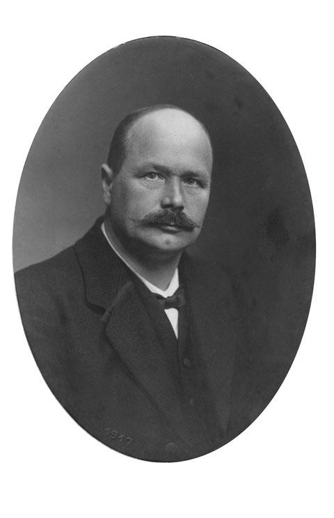 Karl Fricker-Bär (1870-1933): Turnlehrer an den Seminarien Aarau und Wettingen. (Foto Hergert, Aarau, 1917)