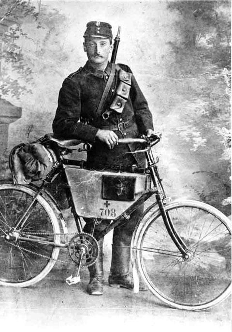 "Karl Husner, ""Schryners"", Militärradfahrer Foto: G. Wolfsgruber, Aarau, ca. 1908)"
