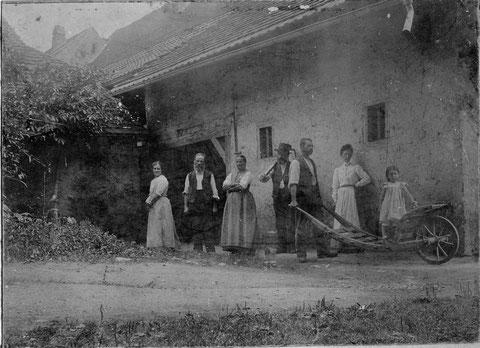 """Familie Fricker, """"s Lehrers"""", hinter ihrem Wohnhaus bei der Kirche (Foto Karl Fricker-Bär, Aarau, ca. 1906)"""