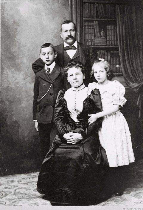 """Mathew Schmid mit Gattin Maria Magdalena und den Kindern William (""""Bill"""") und Palma (Foto: F. Meynen, ca. 1895)"""
