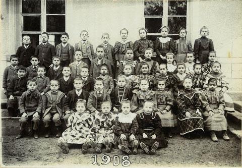 Die Fortbildungsschule im Jahr 1908. (Lehrer: Emil Beck)  36 Schülerinnen und Schüler.