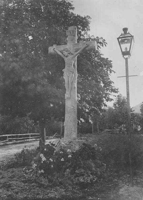 """""""Im Kreuz ist Heil"""": Das Wegkreuz an der Hauptstrasse beim Dorfplatz (Foto von ca. 1900)"""