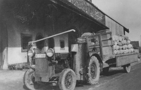 Holzvergasertraktor vor der Mühlescheune (1942)