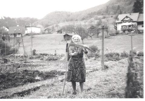 """Emma Schmid-Husner (""""Röseli-Emmi"""", 1900-2002) besorgte bis ins hohe Alter ihren Garten. (Foto: Karl Schmid-Schwarz, 1989)"""