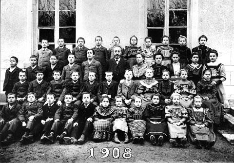 Die Fortbildungsschule im Jahr 1908. (Lehrer: Emil Beck)  Diesmal mit 42 Schülerinnen und Schüler.
