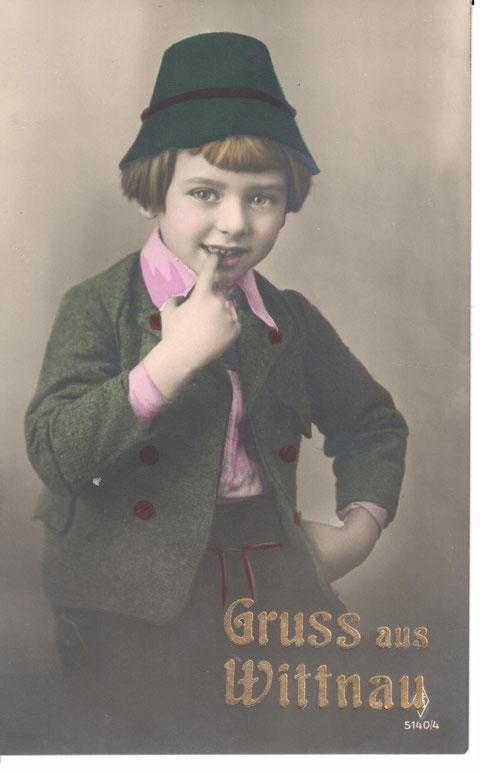 Manche Verlage produzierten eine grosse Auflage von Karten, die dann mit einem Aufdruck für unterschiedliche Ortschaften versehen wurden. Das vorliegende Beispiel stammt aus den Jahren 1920-1925.