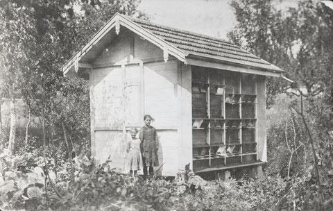 """Agnes und Martha Liechti vor """"s Vizänze"""" Bienenhaus. (Foto 1923)"""