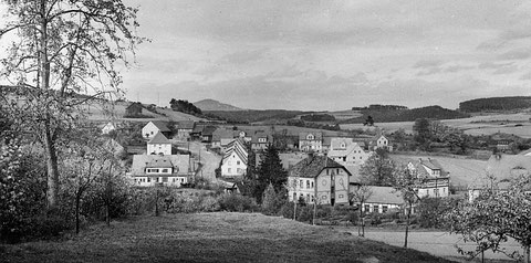 Rechts von der Tanne in der Bildmitte steht das evangelische Pfarrhaus, rechts daneben der Kindergarten.