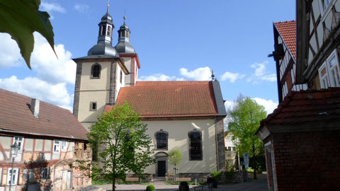 Kirchplatz im Frühling 2016 mit dem offenen Durchgang zur evangelischen Kirche und zur Mühltreppe