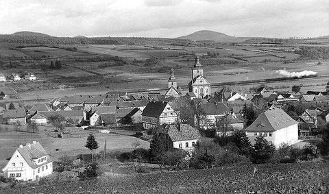 """Blick auf Burghaun vermutlich in den 1930er Jahren - Mitte vorn das evang. Pfarrhaus, mein Elternhaus, rechts davon die """"Volksschule"""""""