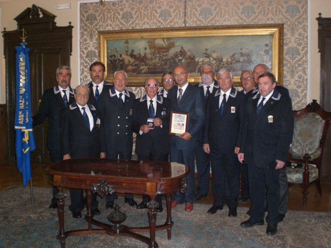 Consegna medaglia ricordo al socio Domenico Sterni da parte del Comune di Trieste