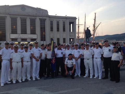 Foto di gruppo davanti al monumento.