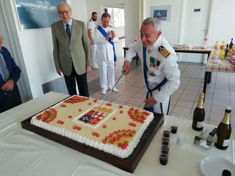 Il Comandante Sancilio taglia la torta.