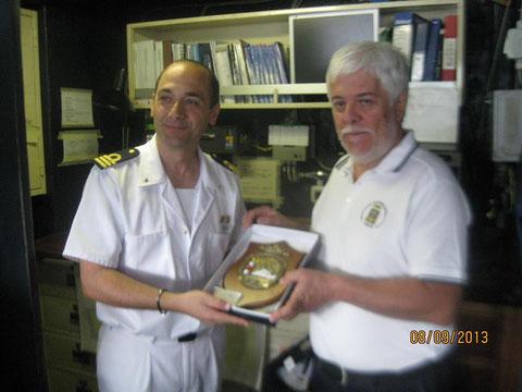 Comandante Nave Aretusa consegna Crest al V.Presidente.