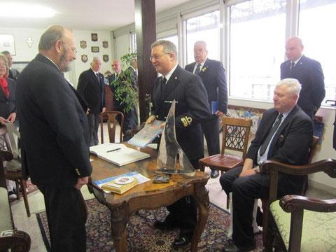 Scambio di doni tra C.A. BASILE E K. SKRIVANEK Pres. OMV.