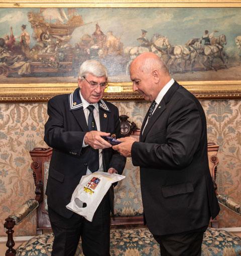 Il Presidente Belaz consegna omaggio al sindaco Di Piazza .