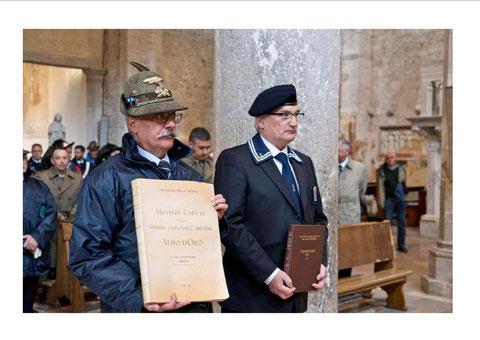 Il Cons. Naz. ANMI Sig.  Seppi, riceve  l'Albo D'Oro con i nomi dei caduti.