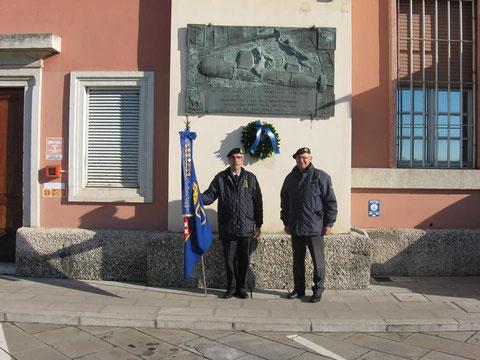 Bassorilievo con soci ANMI Trieste.