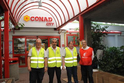 Soci ANMI Trieste per la raccolta alimentare CARITAS  maggio 2015